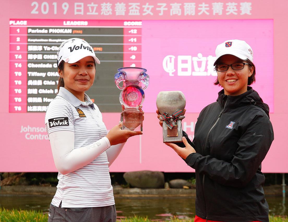 2019年職業冠軍泰國選手帕琳達(左)和業餘冠軍張雅淳(右)合影。